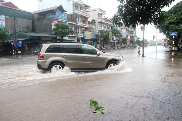Bảo vệ ô tô khỏi những rủi ro khi di chuyển qua vùng ngâp nước