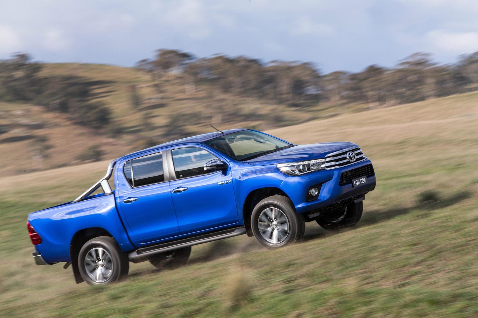 Toyota Hilux 2016: Giá bán giảm, tiện ích tăng