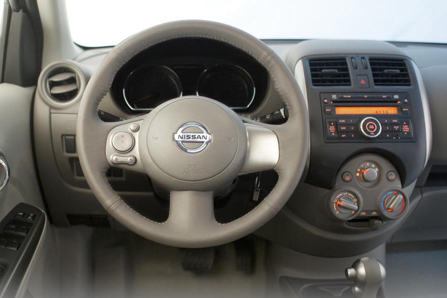 kiểm tra vô lăng chân côn để tiến hành lái thử Nissan Sunny