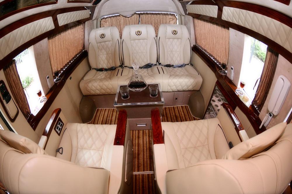 Toyota Hiace được hô biến thành xe limousine sang trọng