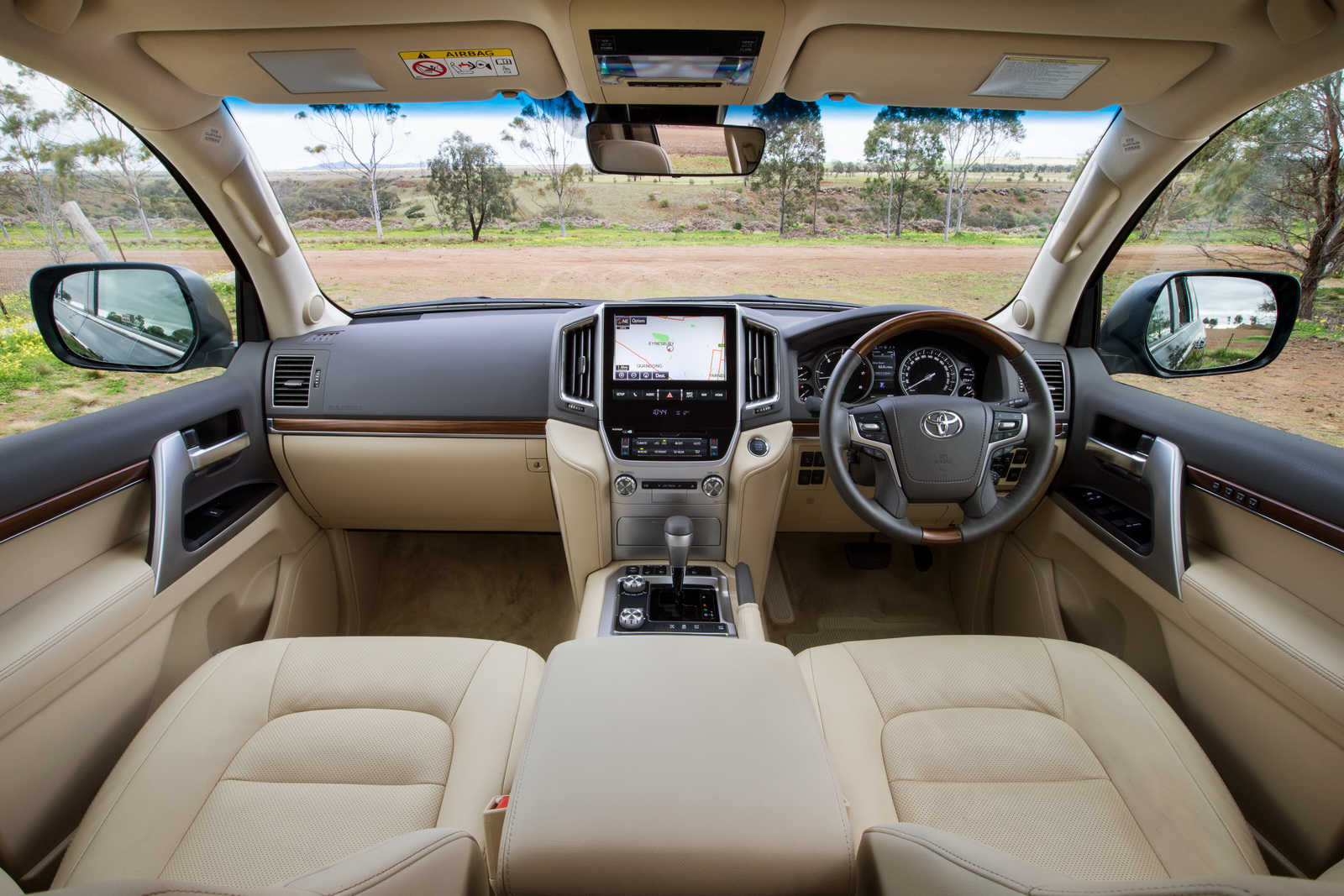 Toyota Land Cruiser 200 đọ sức cùng Audi Q7 trong phan khuc SUV cỡ lớn
